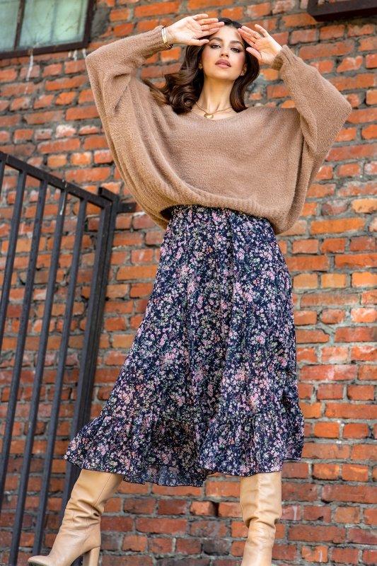 Luźny sweter z dekoltem F1066- carmel -1