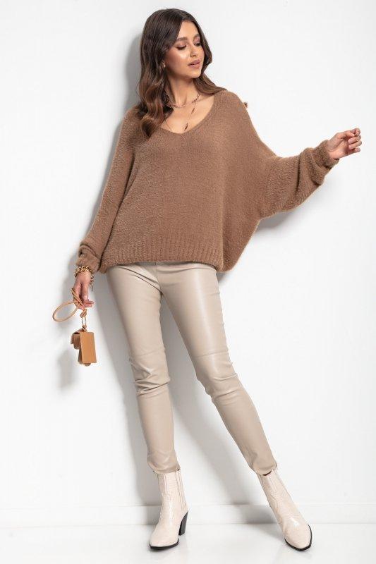 Luźny sweter z dekoltem F1066- carmel -5
