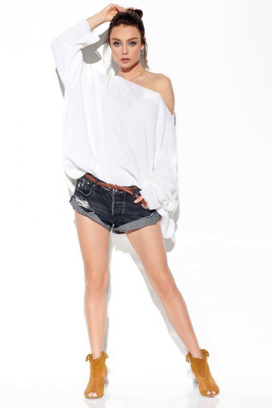 Modny oversizowy sweter odsłaniający ramię -StreetStyle LS277-biały-2