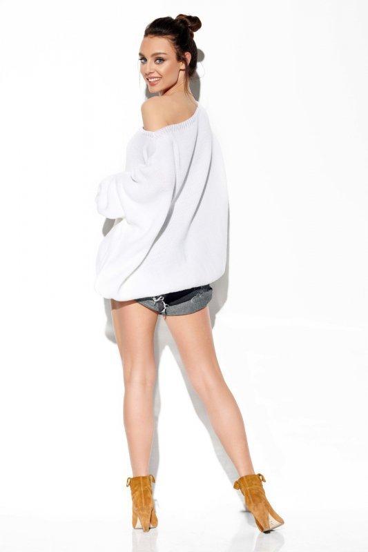 Modny oversizowy sweter odsłaniający ramię -StreetStyle LS277-biały-3