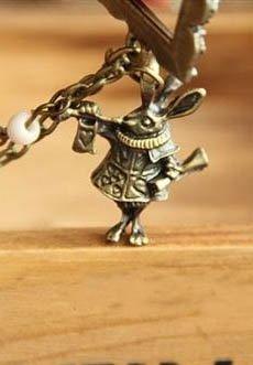 AlLICE IN ... wisiorek z króliczkiem i ozdobną ramą, ciemne złoto