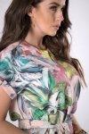 wzorzysta sukienka z wiązaniem