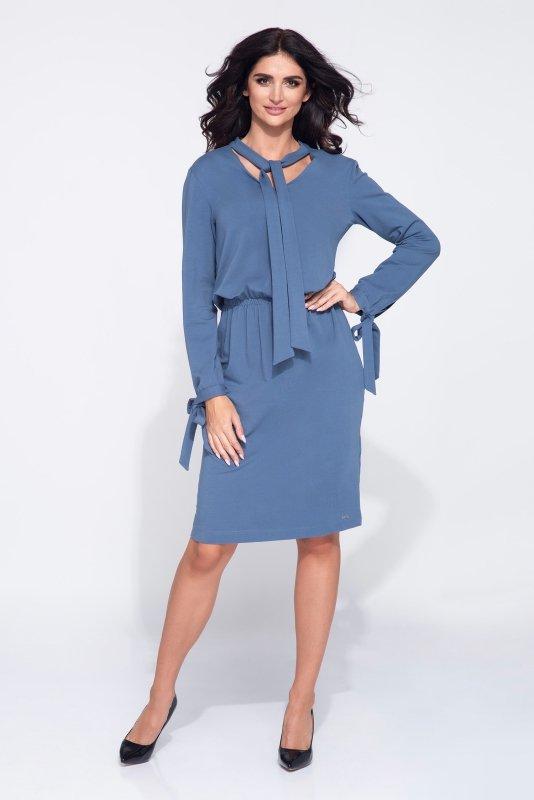 Monochromatyczna sukienka z subtelnym dekoltem wiązaniem przy szyi oraz mankietach