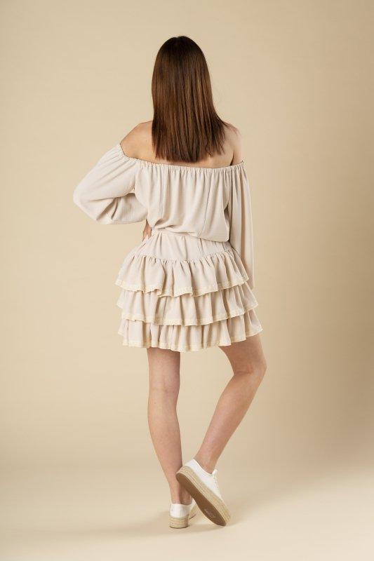 sukienka z falbanami, dekoltem typu hiszpanka i koronkowymi wstawkami