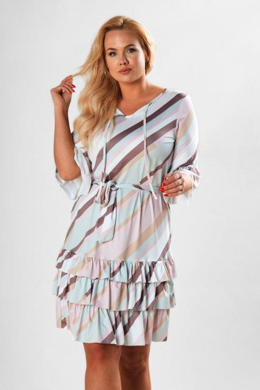 wzorzysta sukienka o prostym kroju z falbanami, wiązaniem w pasie i na dekolcie