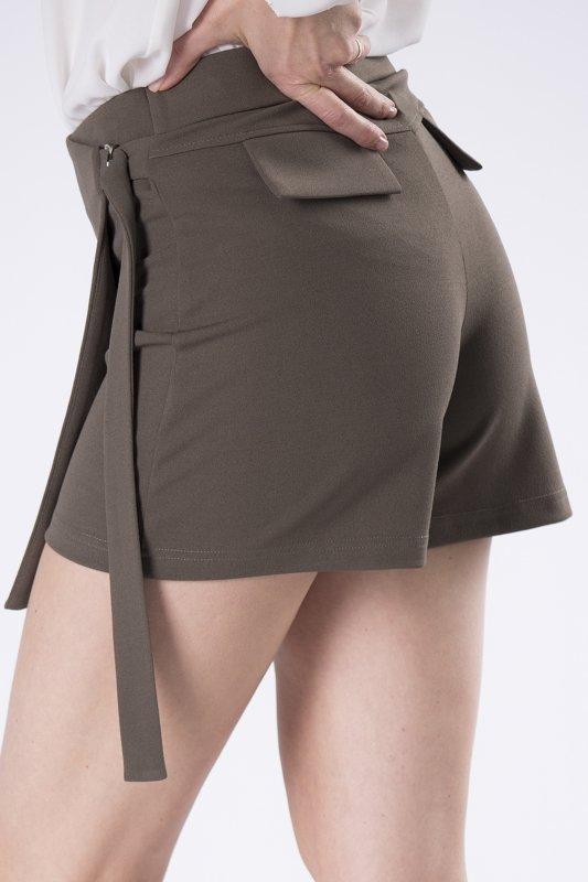 eleganckie szorty z ozdobną zakładką z przodu