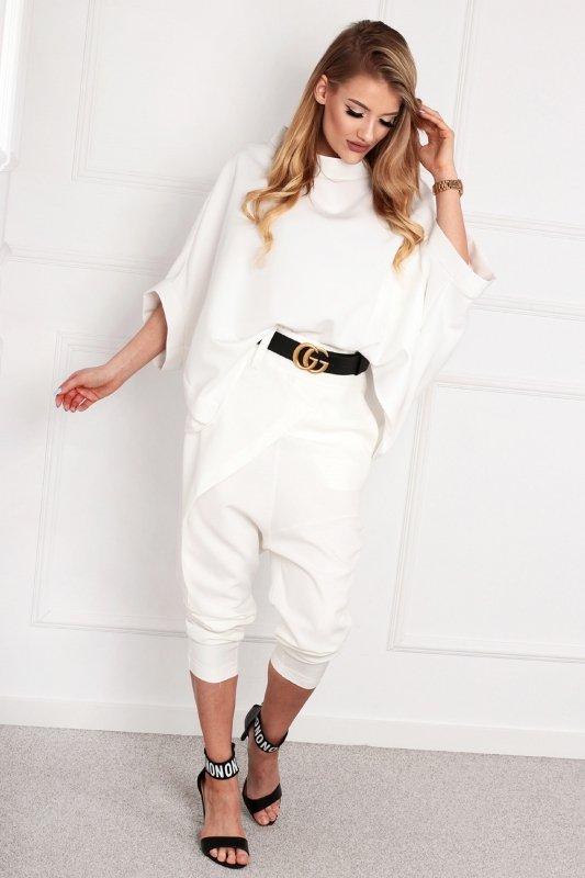 eleganckie spodnie 3/4 z opuszczonym krokiem i ozdobną zakładką z przodu