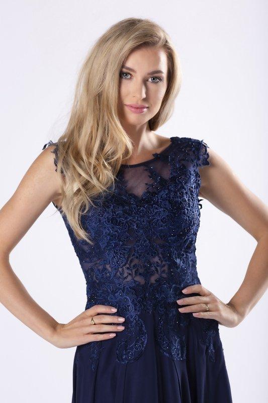 elegancka sukienka maxi z gipiurową górą z kryształkami i głębokim dekoltem na plecach
