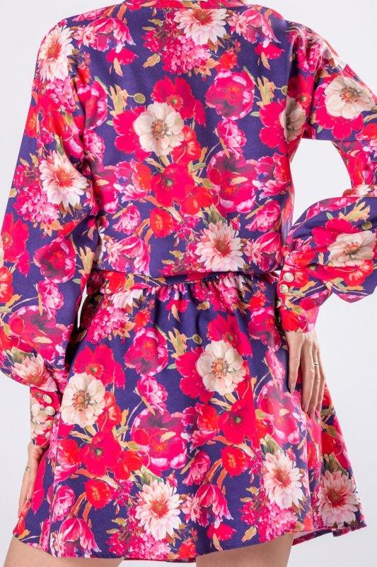 wzorzysta sukienka z bufiastymi rękawami i wiązaniem w pasie