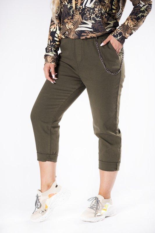jeansowe spodnie typu boyfriend z łańcuszkiem