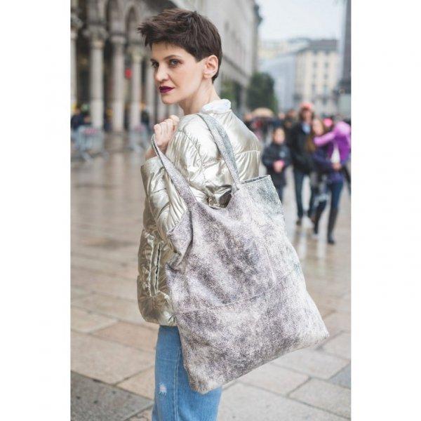 Prostokątna torba shopper na ramię.