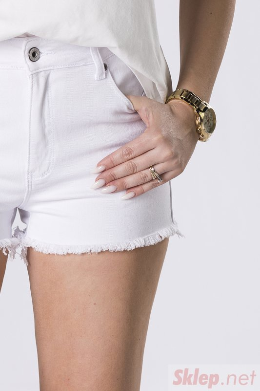 wystrzępione szorty jeansowe