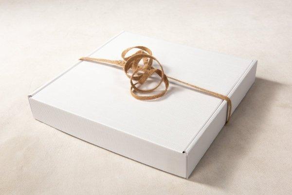 Karton ozdobny biały na fotoalbum 30x30 cm - opakowanie 32X32X5 cm - Studioix.pl