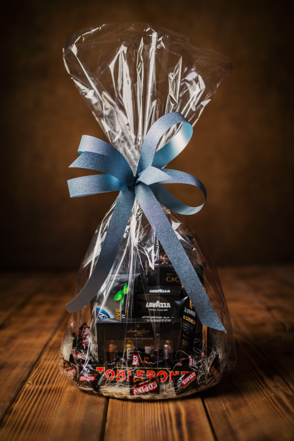 Czarny zestaw prezentowy ze słodyczami i kawą