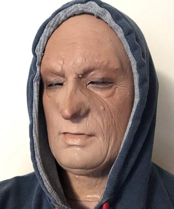 Realistyczna twarz staruszka w kapturze