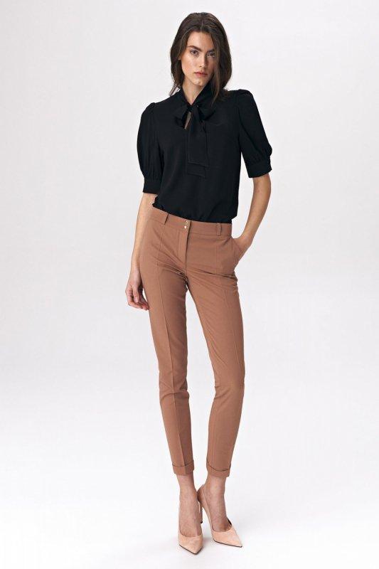 Elegancka czarna bluzka z wiązaniem na dekolcie B107 Black - Nife