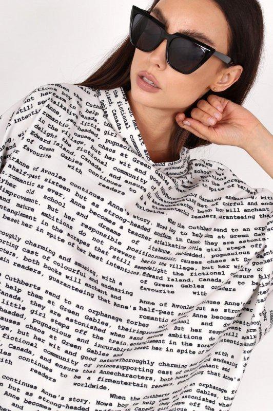 wzorzysta bluzka o nietoperzowym kroju