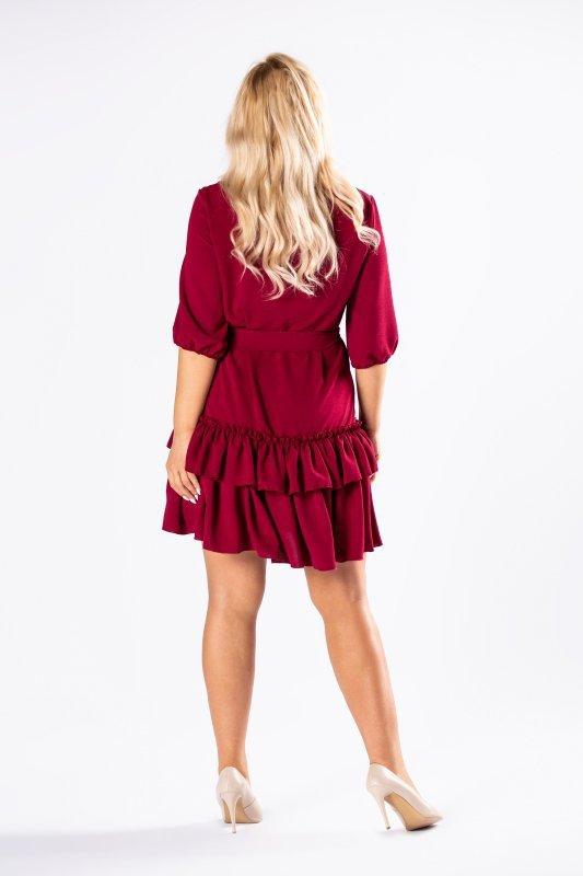 sukienka z falbanami na dole i wiązaniem w pasie
