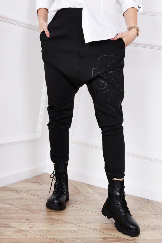 dopasowane spodnie z obniżonym krokiem i graficznym printem z przodu