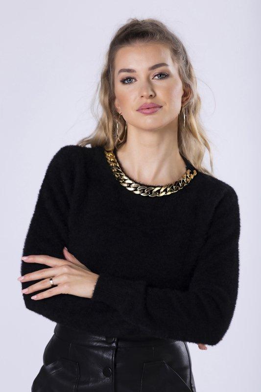 futerkowy sweter z łańcuchem przy dekolcie