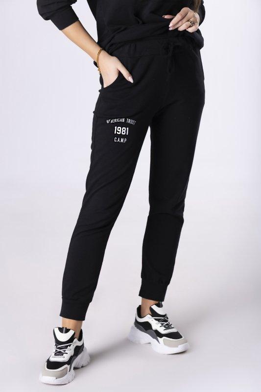 dresowe spodnie z nadrukiem na nogawce