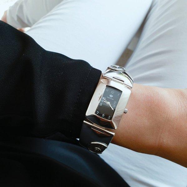 srebrny_zegarek_damski_na_ręku
