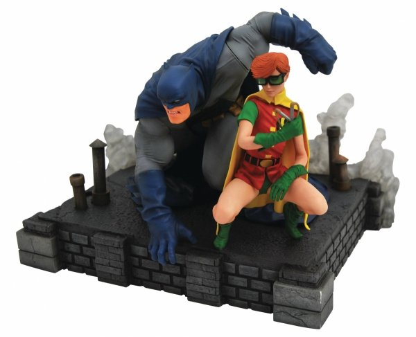 DC GALLERY DARK KNIGHT RETURNS BATMAN AND CARRIE DLX PVC STATUE