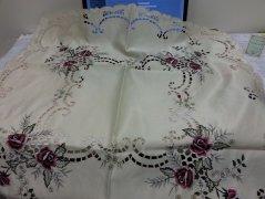 Obrus Prom 1302 rozmiar: 85x85 Kwadrat haftowane różowo fioletowe róże kolor: Ecru