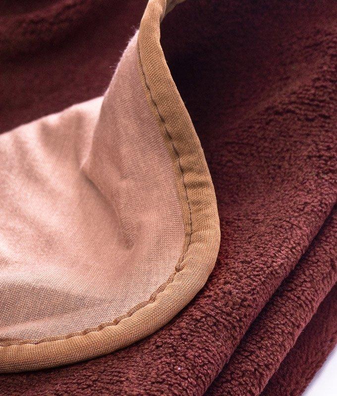 delikatny kocyk dwustronny z aplikacją Sensillo brązowy