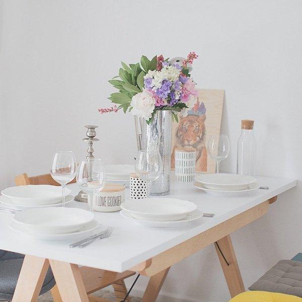 Stół rozkładany Minko wykonany ręcznie z litego drewna i blatu w dowolnym odcieniu