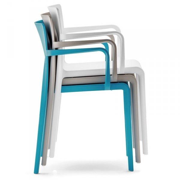 Krzesła Volt 675 można sztaplować po 10 sztuk