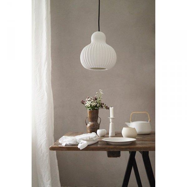 Lampa Snowbell doskonale sprawdzi się w klasycznym czy rustykalnym wnętrzu