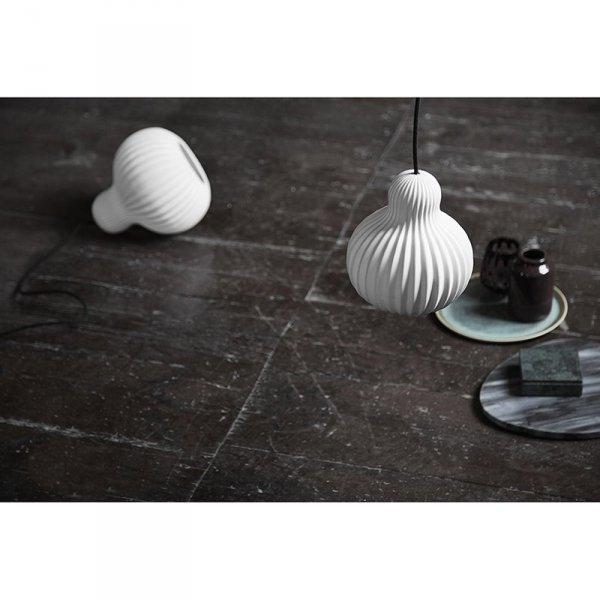 Porcelanowa lampa Snowbell nada lekkosci rustkalnemu wnętrzu