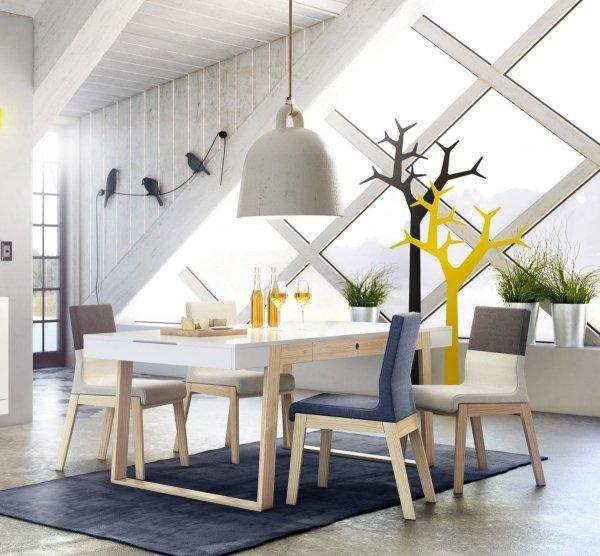 Stół Magh wykonany z naturalnego drewna dębowego i lakierowanej płyty MDF