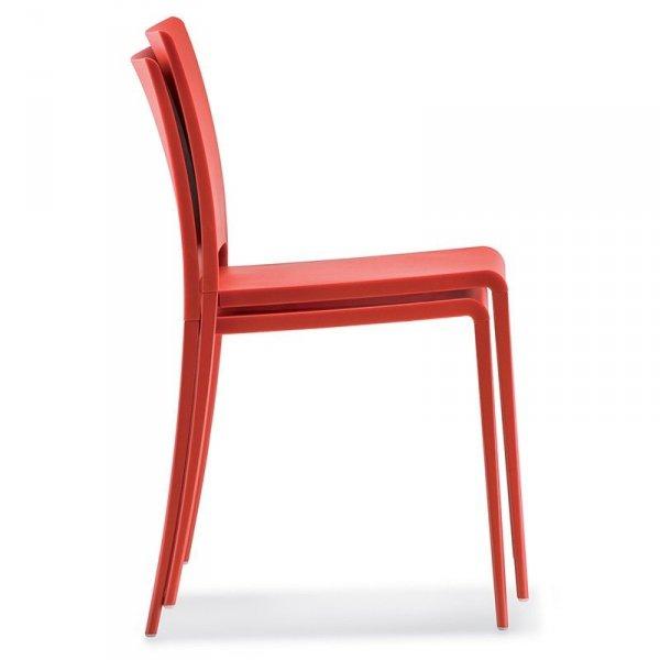 Stylowe krzesła Maya 700 można z łatwościa magazynować