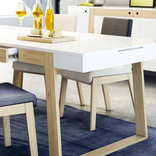 Prosta, niezobowiązująca forma mebla, szeroka paleta kolorystyczna tkanin, sprawiają, że krzesło KYLA doskonale zafunkcjonuje w każdym rodzaju pomieszczeń, niezależnie od zastosowanej wewnątrz stylistyki