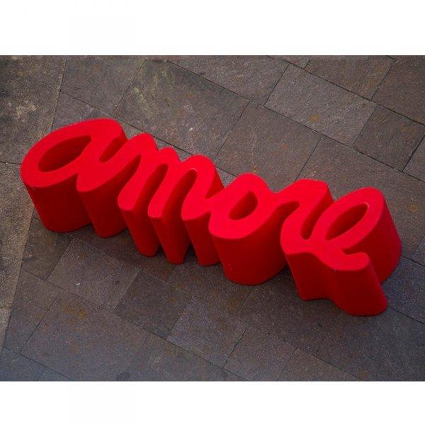 Projekt Amore to nie tylko ławka,. W opcji ze szklanym blatem może pełnić funkcję stolika kawowego