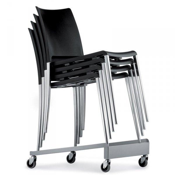 Krzesła można z łatwością sztaplować i transportować