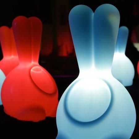 Lampę Jumpie przeznaczoną do pokoju młodzieżowego lub dziecięcego, lub dla Ciebie, jesli pragniesz odrobiny wesołosci, zaprojektował włoski designer Goran Lelas