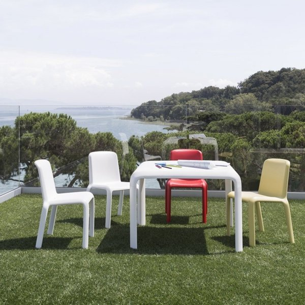 Krzesła dziecięce Pedrali Snow 303 idealne do ogrodu, na taras, patio, do pokoju dziecięcego