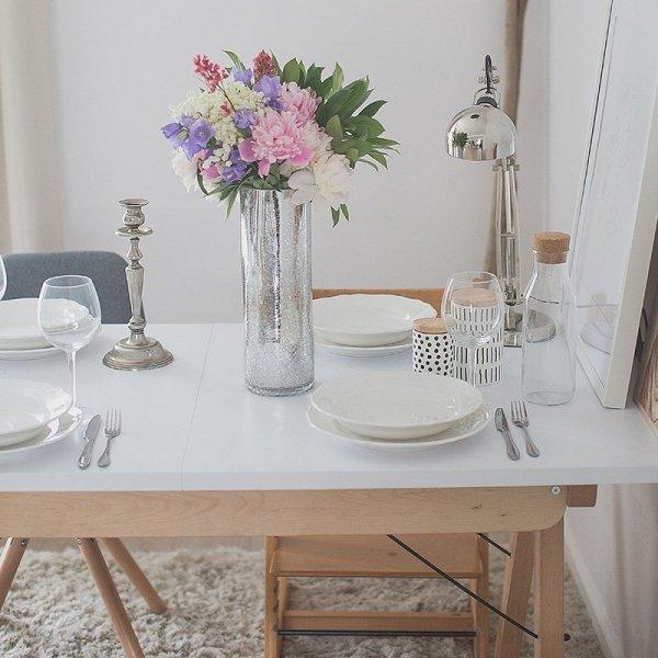 Stół Minko ma drewniany stelaż oraz blat dostępny w wielu pięknych kolorach