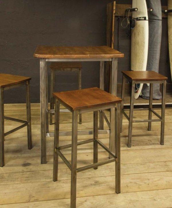 Industrialny stołek Barowy Indus drewno i metal oraz stolik