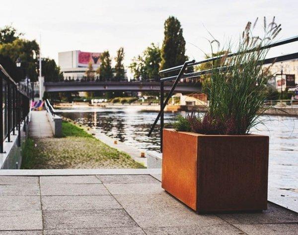donice z cortenu w przestrzeni miejskiej