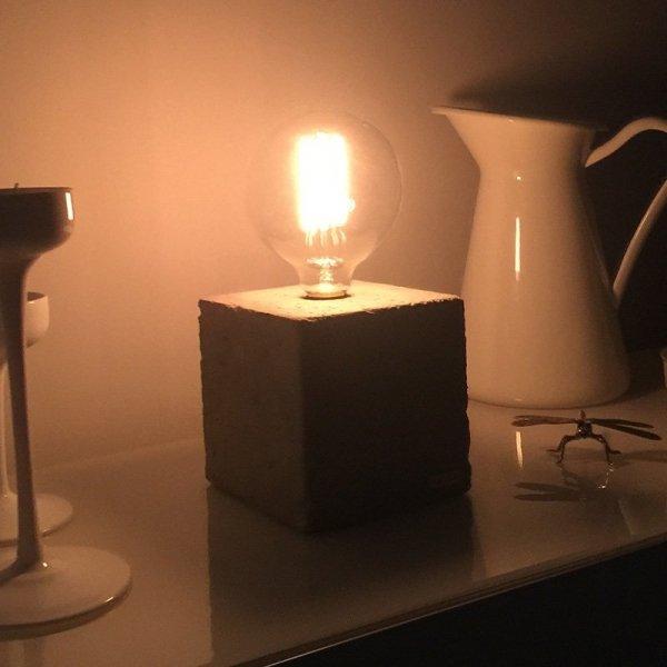 Lampka Edison Cube jest wyposażona w stylową żarówkę