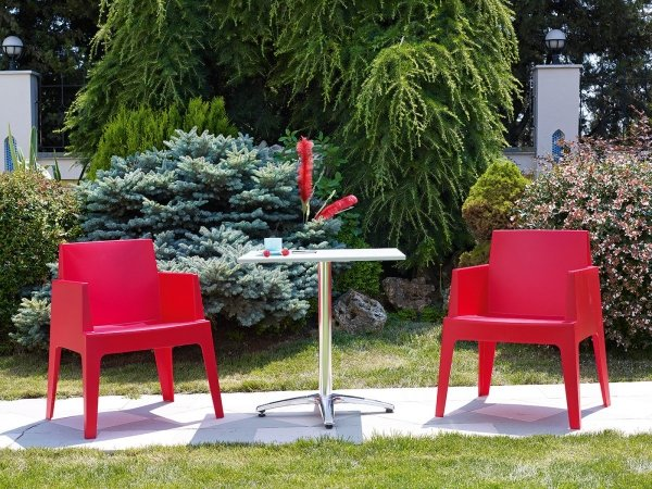 Jest to wygodny, stabilny i wytrzymały fotel, który świetnie sprawdza się w kawiarniach, hotelach, restauracjach. Idealny do ogrodów, na taras oraz przy basenie