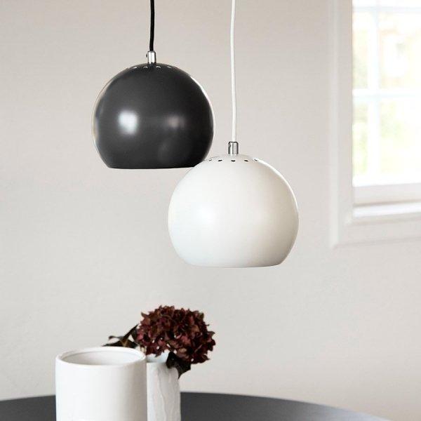 czarna lampa wisząca ball frandsen/outlab