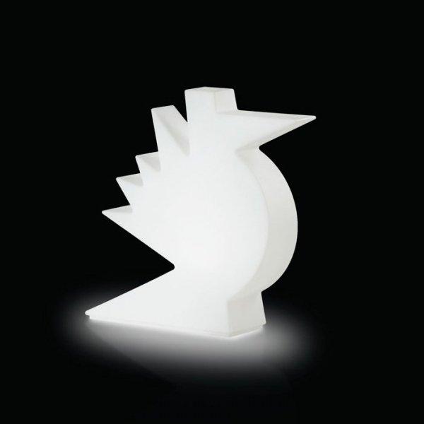 Piękna, nowoczesna lampa została stworzona przez międzynarodowej sławy projektanta Alessandro Mendini, najpierw jako rzeźba,  po czym w limitowanej edycji, wdrożona do produkcji w postaci lampy.