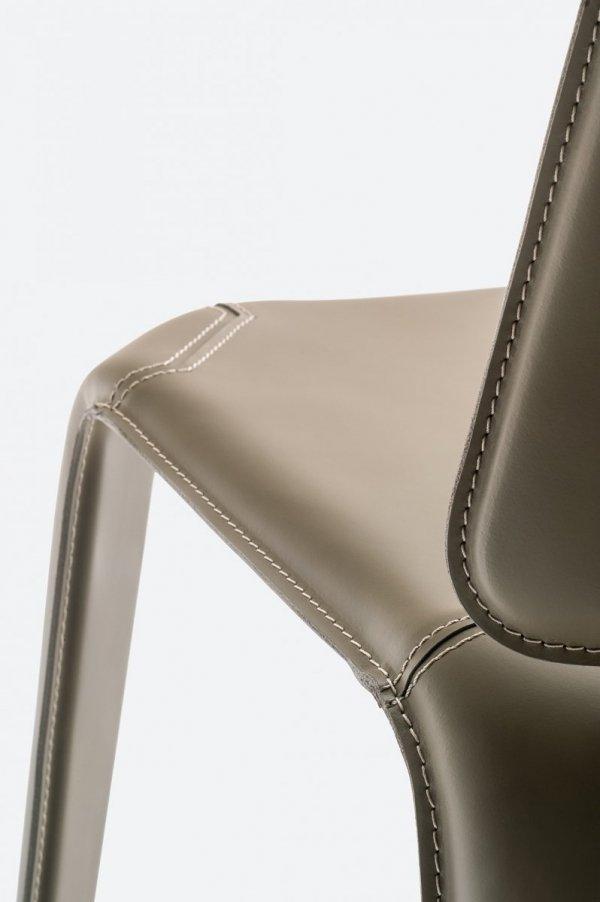 Stylowe krzesła tapicerowane skórą naturalną Mood 720 Pedrali