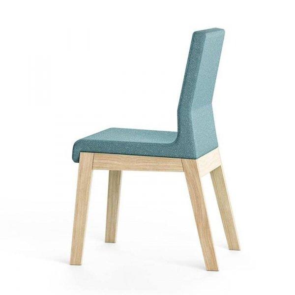 Krzesło KYLA to harmonijne połączenie klasycznego, drewnianego stelażu i eleganckiej, minimalistycznej linii siedziska