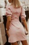 Bicotone sukienka wizytowa z broszką pudrowa 2222-12 tył